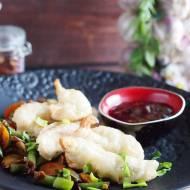 Kurczak w tempurze z sosem śliwkowym i smażonymi warzywami / Chicken tempura with plum sauce and vegetables