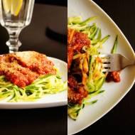 Spaghetti z cukinii w gęstym sosie pomidorowym.