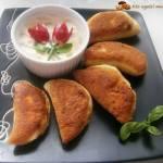 Pierożki drożdżowe z kurczakiem, pieczarkami i serem żółtym