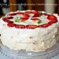 Tort bezowy z kremem budyniowym i truskawkami wg Aleex