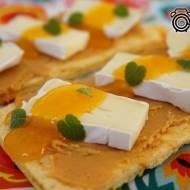 Chrupkie kanapeczki z masłem orzechowym, camembert i salsą mandarynkową