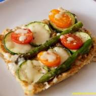 FIT pizza na spodzie z kalafiora z cukinią i szparagami