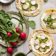 Pizza na podpłomyku z pesto z liści rzodkiewki, pikantnym twarożkiem i rzodkiewkami (szybka pizza na cieście bez drożdży)