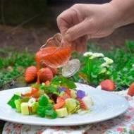 Sałatka letnia z truskawkami z olejem rzepakowym