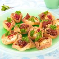 Greckie łódeczki z suszonymi pomidorami i serem.