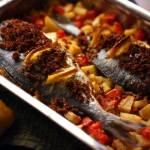 Dorada pieczona z ziemniakami i pomidorami w hiszpańskim stylu