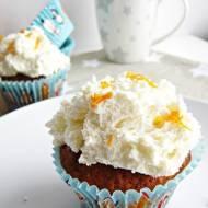 Pomarańczowe muffiny ze śnieżną pierzynką.