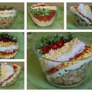 Sałatka warstwowa gyros z ryżem i mielonym żółtym serem.
