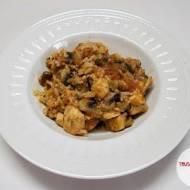 Pierś kurczaka z ryżem jaśminowym, pomidorem i pieczarkami