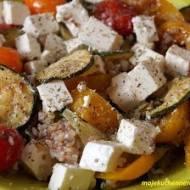 Sałatka z kaszą gryczaną, grillowanymi warzywami i fetą