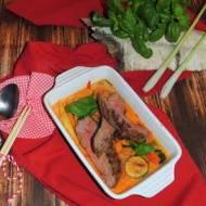 Stek wołowy bavette w czerwonym sosie curry z bazylią