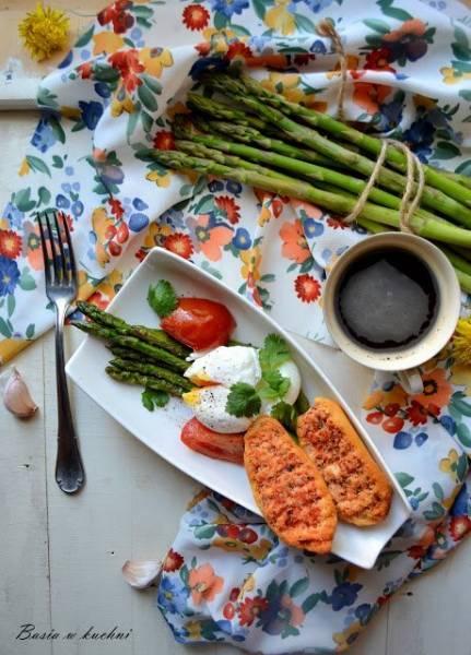 Szparagi na maśle z jajkiem, pomidorem, świeżą kolendrą oraz aromatycznym tostem z pastą pomidorową, tymiankiem.