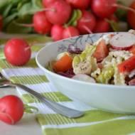 Wiosenna sałatka z warzywami, kurczakiem i makaronem w sosie ziołowo-czosnkowym