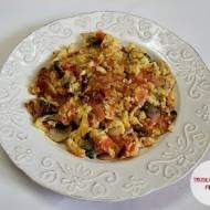 Jajecznica a'la omlet z pomidorem i pieczarkami