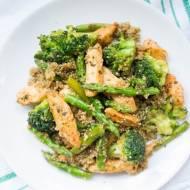 Sałatka z komosy ryżowej z kurczakiem, brokułem i szparagami.