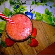 Zdrowe smoothie z truskawkami, pomarańczą i olejem kokosowym.