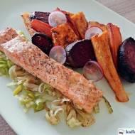 Łosoś na pierzynce z pora z pieczonymi warzywami