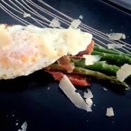 Szparagi w szynce dojrzewającej z jajkiem sadzonym i parmezanem