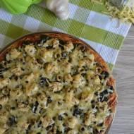 Pizza na razowym spodzie z kurczakiem, szpinakiem i oliwkami