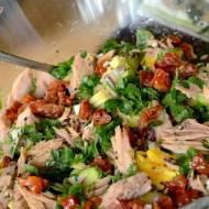 Sałatka z tuńczykiem, awokado i brokułem