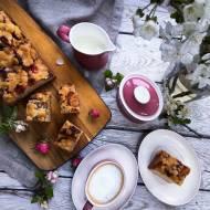 Ciasto drożdżowe z rabarbarem w syropie cynamonowym pod różaną kruszonką