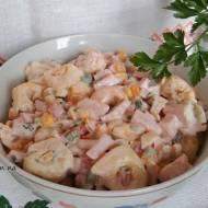 Sałatka z pierożkami tortellini, szynką i marynowanymi pieczarkami.