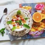 Truskawki na słodko z jogurtem i sokiem pomarańczowym.