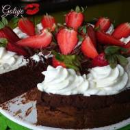 Tort Podwójnie Czekoladowy z Bitą Śmietaną i Truskawkami