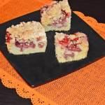 Ucierane ciasto z owocami i kruszonką