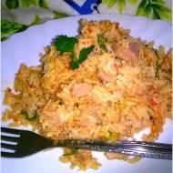Brązowy ryż z tuńczykiem i nutą ajvaru. Pomysł na lekki obiad.