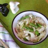 Sałatka z kapustą pekińską i zielonymi szparagami