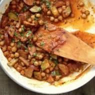 Kiełbasa z ciecierzycą w sosie pomidorowym