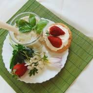 Taretelettki z truskawkami i serkiem mascarpone.