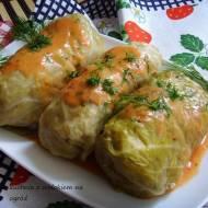 Gołąbki z młodej kapusty, tradycyjne z mięsem i ryżem. Gołąbki z piekarnika.