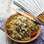 Makaron somen z warzywami i orzechami nerkowca na oleju rzepakowym