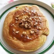 Bezglutenowy omlet biszkoptowy z dżemem figowym i orzechami włoskimi