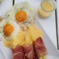 Białe szparagi z szynką szwarcwaldzką sosem holenderskim i sadzonym jajkiem