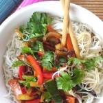 Warzywa w sosie słodko - kwaśnym z chińskim ryżowym makaronem Vermicelli. Harmonia smaków. Wegetariańskie/ wegańskie danie.
