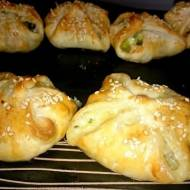 Sakiewki z ciasta francuskiego na dwa sposoby: brokuł-kurczak i łosoś- por