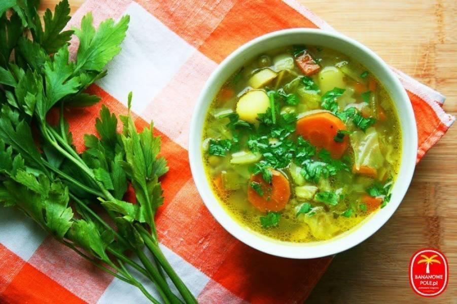 Wegańska zupa z młodej kapusty