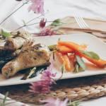 Kurczak w selerze i porach z młodą marchewką w miodzie.