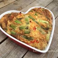 Pieczony omlet ze szparagami i warzywami