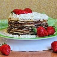 Tort naleśnikowy z czekoladą, bitą śmietaną i truskawkami