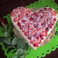 Waflowe serce tort dla Mamy z mlecznym kremem z truskawkami