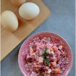 Buraczkowa sałatka z jajkiem i śledziem