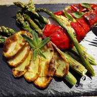 Grillowany kurczak o nucie miętowej ze szparagami i talarkami ziemniaczanymi