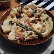 Biała pizza z kurczakiem i szparagami