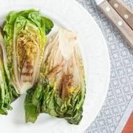 Grillowana rzymska sałata i najlepszy sos z tahini