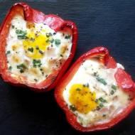 Jajko zapiekane w papryce z mozzarellą