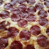 Pizza z salami, przepis na proste i szybkie ciasto
